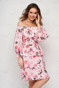Világos rózsaszínű virágmintás fodros rövid ruha vékony anyagból