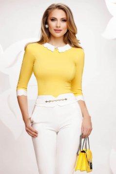 Sárga elegáns pamutból készült szűkített női ing bross kiegészítővel
