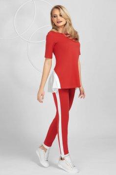 Piros szinű szűk szabású sportos szett rövid ujjakkal rugalmas anyagból anyagberakásokkal selyem muszlinból