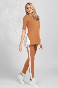Barna szűk szabású sportos szett rövid ujjakkal rugalmas anyagból anyagberakásokkal selyem muszlinból