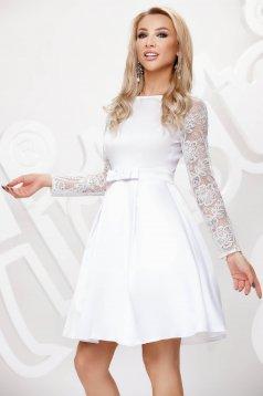 Fehér rövid harang alakú alkalmi ruha átlátszó ujakkal