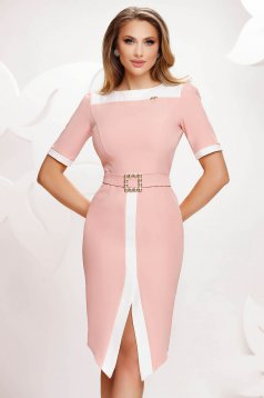 Világos rózsaszínű elegáns lábon sliccelt ruha hátul megköthető övvel