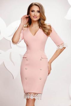Világos rózsaszínű midi ceruza ruha gomb és csipke díszítéssel