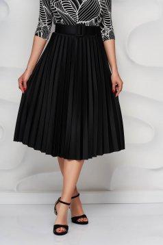 Fekete rakott, pliszírozott harang szoknya öv típusú kiegészítővel enyhén rugalmas anyagból
