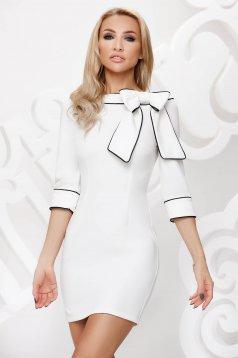 Fehér ceruza ruha masni díszítéssel és dupla gallérral