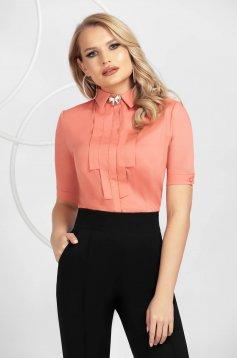 Korall színű elegáns szűkített női ing pamutból készült bross kiegészítővel
