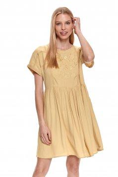 Sárga ruha hímzett bő szabású vékony anyagból