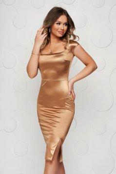 Aranyszínű StarShinerS midi ceruza ruha szaténból mély dekoltázzsal