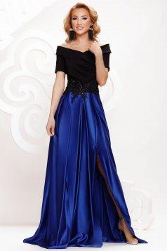 Kék ejtett vállú lábon sliccelt alkalmi harang ruha szaténból strasszos kiegészítővel