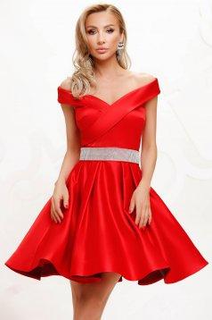 Ejtett vállú rövid piros alkalmi harang ruha szaténból