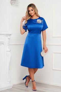Elegáns a-vonalú kék ruha szatén anyagból virágos hímzéssel