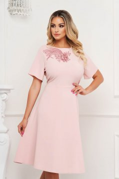Világos rózsaszínű alkalmi a-vonalú ruha virágos hímzés