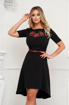 Elegáns fekete hímzett StarShinerS ruha öv típusú kiegészítővel