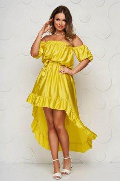 Sárga ejtett vállú aszimetrikus fodros ruha szaténból harang alakú gumirozott derékrésszel