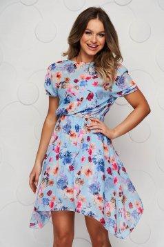 Kék virágmintás aszimetrikus ruha harang alakú gumirozott derékrésszel övvel ellátva