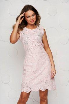 Világos rózsaszínű horgolt csipke egyenes ruha hátul megköthető öv