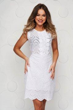 Fehér horgolt csipkés egyenes ruha hátul megköthető övvel
