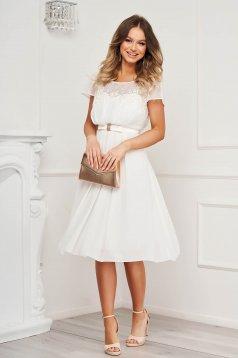 Fehér ruha rövid alkalmi muszlin hímzett betétekkel