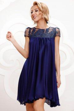 Alkalmi bő szabású sötétkék muszlin ruha csipke díszítéssel strassz köves díszítés