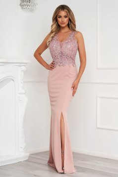 Púder rózsaszínű ruha hosszú ceruza csipke díszítéssel enyhén rugalmas anyagból