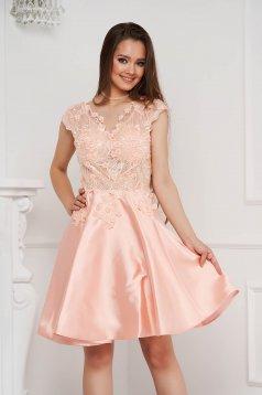 Világos rózsaszínű alkalmi rövid harang ruha szatén anyagból csipkés anyagból