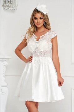 Fehér alkalmi rövid harang ruha szatén és csipkés anyagból
