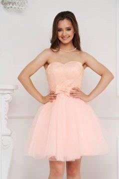 Világos rózsaszínű rövid alkalmi ruha tüllből csipke díszítéssel masni alakú kiegészítővel
