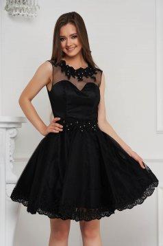 Fekete rövid harang ruha tüllből gyöngy díszítéssel strasszos kiegészítővel ellátott