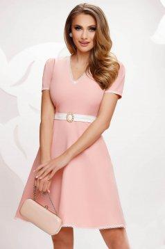 Világos rózsaszínű rövid zsebes harang ruha enyhén rugalmas anyagból csipke díszítéssel