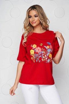 Piros virágmintás bő szabású póló pamutból készült kerekített dekoltázssal