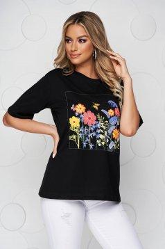 Fekete virágmintás bő szabású póló pamutból készült kerekített dekoltázssal