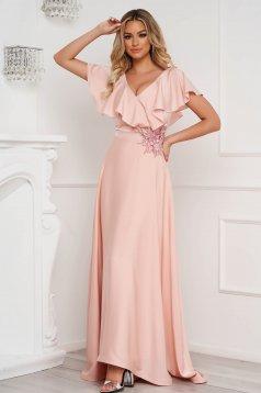 Púder rózsaszínű StarShinerS hosszú alkalmi ruha muszlin fodrokkal a dekoltázs vonalánál