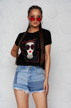 Fekete pamutból készült póló bő szabású grafikai és gyöngy díszítéssel