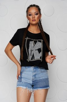 Fekete bő szabású pamutból készült póló kerekített dekoltázssal grafikai díszítéssel
