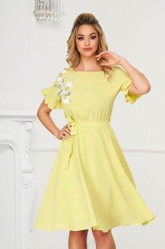 StarShinerS sárga midi ruha rugalmas anyagból fodros ujjakkal virágos hímzéssel harang alakú