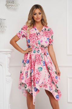 Virágmintás aszimetrikus harang alakú gumirozott derékrészű finom tapintásu ruha