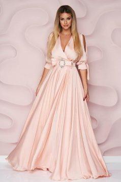 Hosszú világos rózsaszínű alkalmi muszlin ruha harang alakú gumirozott derékrésszel kivágott ujjrész