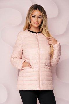 Világos rózsaszínű egyenes szabású vízlepergető dzseki vékony anyagból, gyöngy díszítéssel