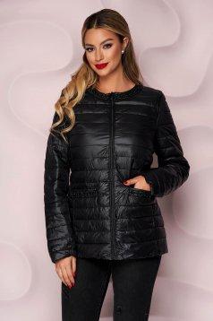 Fekete egyenes szabású vízlepergető dzseki vékony anyagból, gyöngy díszítéssel