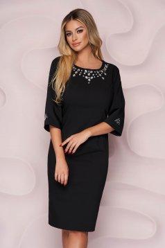 Elegáns fekete egyenes szabású midi ruha szövetből strassz köves díszítéssel