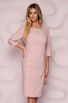 Elegáns púder rózsaszínű egyenes szabású midi ruha szövetből strassz köves díszítéssel