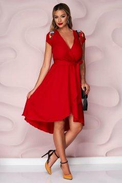 Piros StarShinerS alkalmi aszimetrikus ruha vékony merevitett anyagból, harang alakú gumirozott derékrésszel és virágos hímzéssel