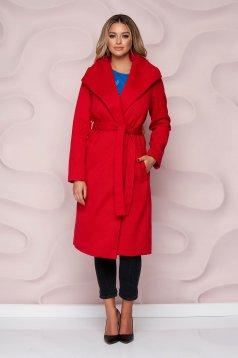 Piros egyenes szabású kabát vastag anyagból, eltávolítható övvel és bundabélessel ellátva