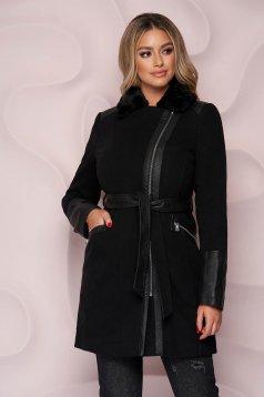 Fekete elegáns szűkített kabát vastag anyagból szőrme gallérral szintetikus bőr díszítéssel