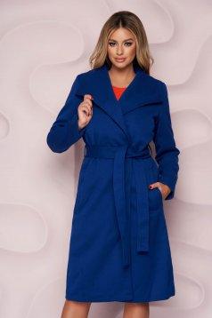 Kék egyenes szabású kabát vastag anyagból, eltávolítható övvel és bundabélessel ellátva