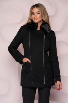 Fekete elegáns egyenes szabású rövid kabát szövetből, műszőrme díszítéssel