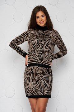 Barna kötött szűk szabású női kosztüm rugalmas anyagból és gomb kiegészítőkkel