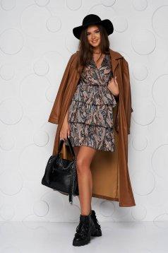 Casual ruha vékony merevitett anyagból, harang alakú gumirozott derékrésszel és fodrokkal a ruha alján