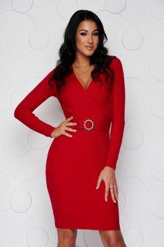 Piros midi ruha rugalmas, kötött és csíkozott anyagból, mely csatokkal van ellátva