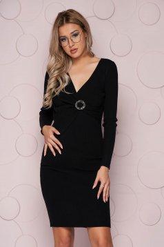 Fekete kötött midi szűk szabású ruha rugalmas anyagból és bross kiegészítővel